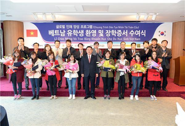 BS금융, 베트남 유학생에 장학금 전달