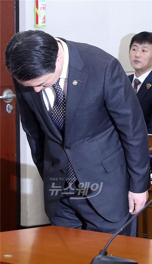 """강신명 경찰청장 """"총기사고 심려 끼쳐 송구"""""""