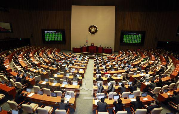 법 하나에 '오락가락'···임시국회 끝나니 피해株 속출