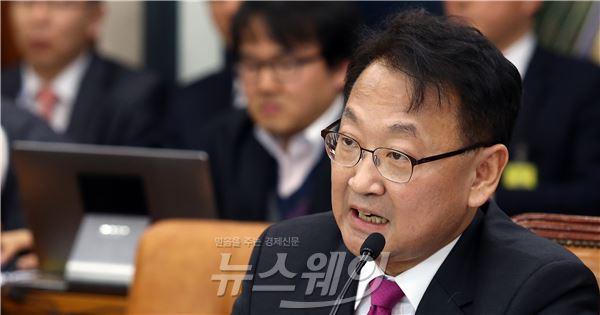 인사청문회 답변하는 유일호 국토부 장관 후보자