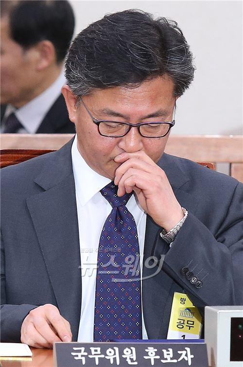 자료 살피는 홍용표 통일부 장관 후보자