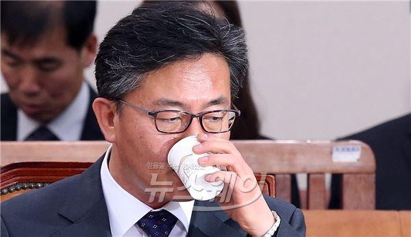 물 마시는 홍용표 장관 후보자