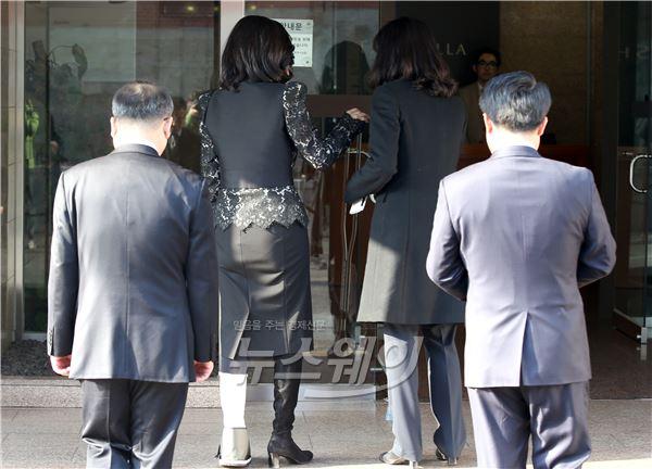 [NW포토]이부진 호텔신라 사장, 발목 부상에도 주총 참석