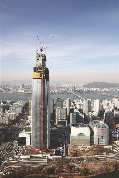 롯데월드타워, 국내 첫 100층 돌파···대한민국 건설 위상 드높여