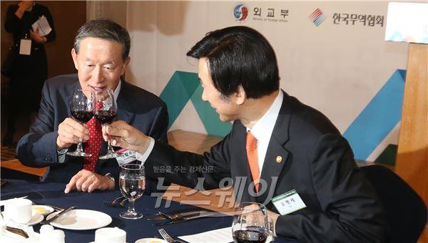 건배하는 윤병세 장관-허창수 회장