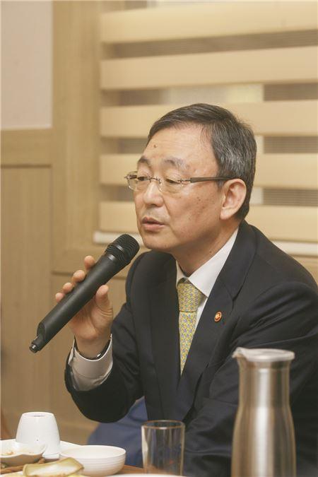 최성준 방통위원장, 지원금 상한선 조정 시사