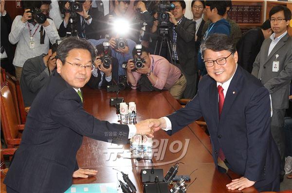 상반된 표정의 국회 공무원연금특위 여야간사