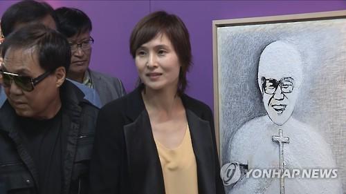 '학력 위조·고위 공직자 추문' 신정아 8년 만에 큐레이터 복귀