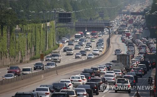 연휴 마지막날 꽉 막힌 고속도로
