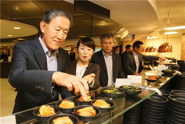구내식당 방문한 허창수 전경련 회장