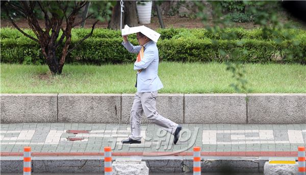 소나기 내리는 서울, 우산이 없어서…
