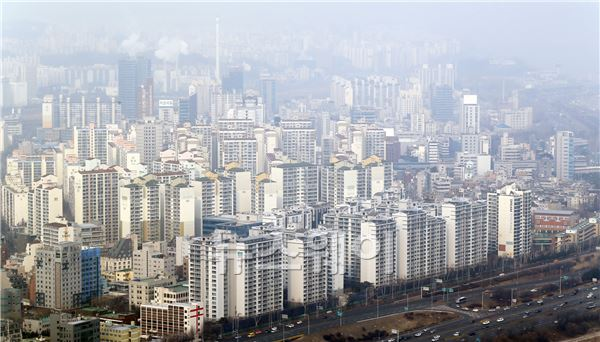 """주택시장 내년부터 위기··· """"가계부채 폭탄 터진다"""""""