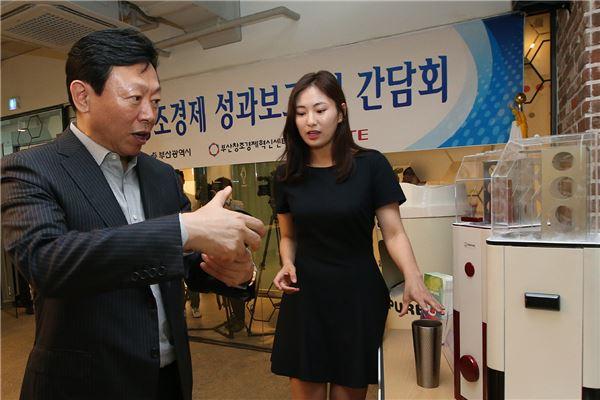 신동빈 회장, 현장 경영 강화…부산 창조경제혁신센터·사직구장 방문