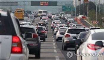 귀경차량 몰리며 주요 고속도로 극심한 정체