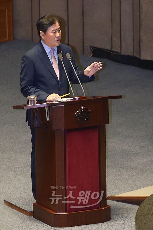 """최경환 """"빚 늘어나는 것 송구···법인세 등 주요세목 개정 안해"""""""