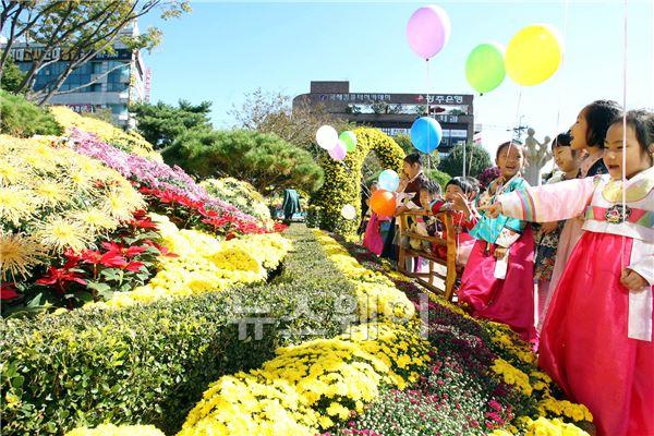 광주광역시 북구청, 국화 향기와 함께 가을 정취에 빠져 보세요!