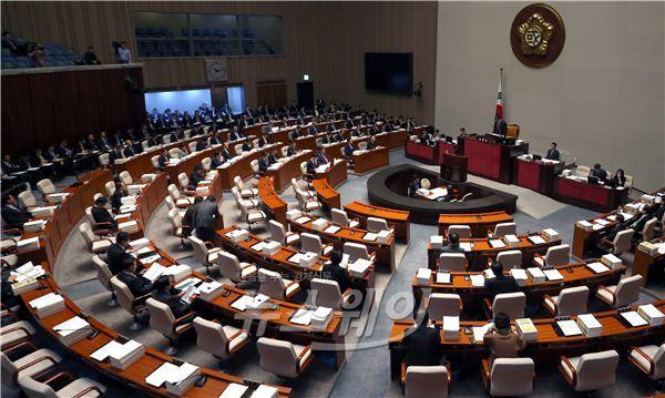 예산안 정책질의 2일차, 역사교과서 공방으로 또 과열