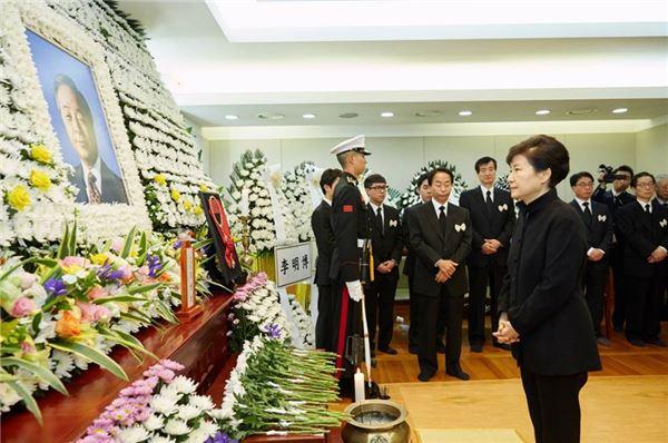 朴대통령, 영결식 대신 빈소 찾아 YS '마지막 길' 배웅