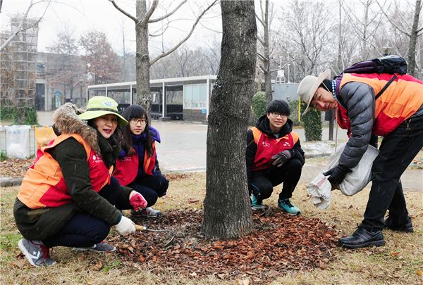 SK건설, '서울숲 월동준비' 가족봉사활동
