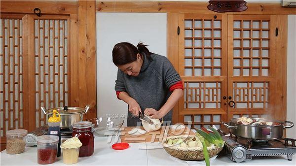 예지원, 4차원 배우답네… 아침식사 준비중 댄스 삼매경 (식사하셨어요)