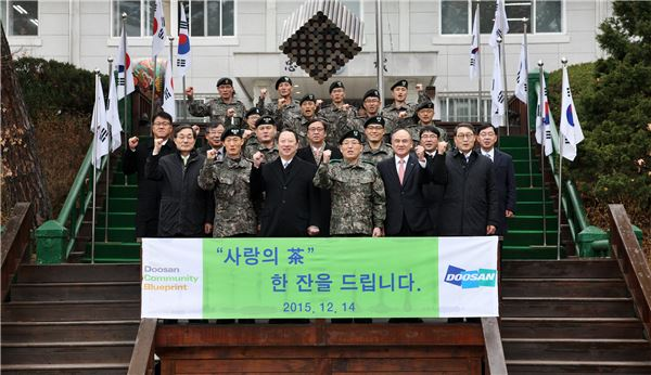 박용만 두산 회장, 국군장병에 '사랑의 차' 선물