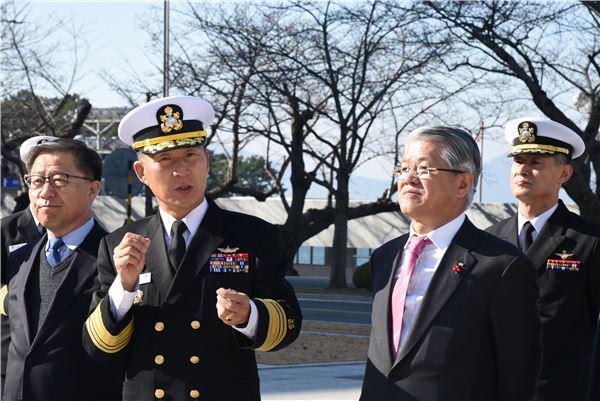 최신원 SKC 회장, 해군사관학교 방문해 발전기금 전달