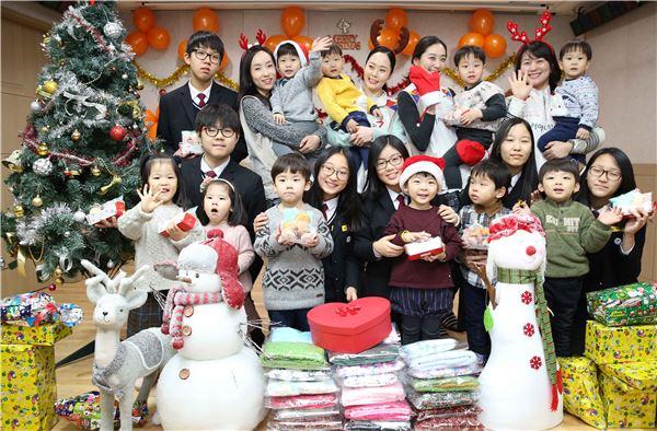 아시아나항공 임직원, 청소년 위해 '일일산타' 변신