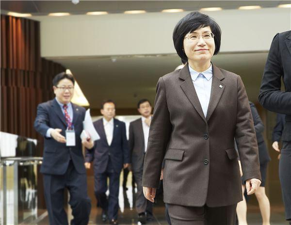 권선주號 2년, '최초 여성은행장'에서 '능력있는 은행장'으로