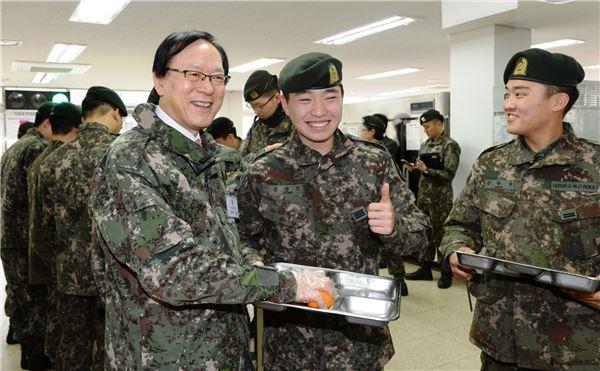 김용환 회장, 육군 11사단 화랑부대 '후배들' 위문 방문