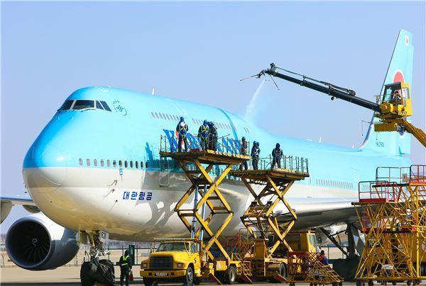 대한항공, 보잉 747-8i機 봄맞이 물 세척 시행