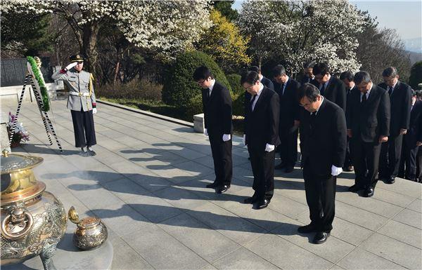 권오준 포스코 회장, 박태준 명예회장 묘소 참배…창립 48주년