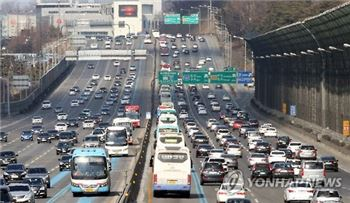 봄나들이 인파 몰리며 고속도로 일부구간 정체 시작