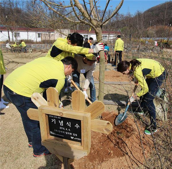 진에어, 식목일 맞아 나무 심기·꽃씨 선물 이벤트 진행