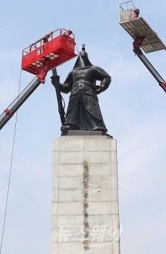 이순신 동상, '미세먼지도 깨끗이'