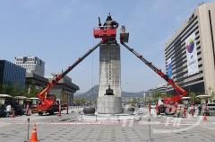 '봄맞이 목욕재계 준비하는 이순신 동상'