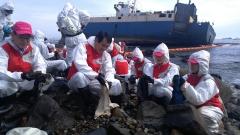 부산은행, 부산 영도구 선박 기름유출 방재 작업 나서