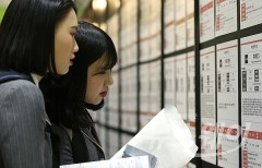'채용 정보 살펴보는 청년 구직자들'