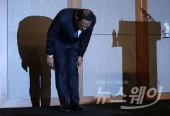'사과하는 옥시 아타 샤프달 대표'