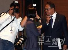 옥시 기자회견, '대화나누는 아타 샤프달 대표'