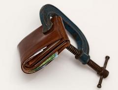 근로자 지갑 얇아지고 빚만 늘었다