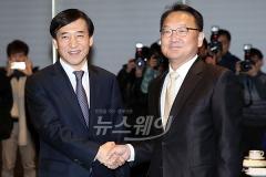 누가 경제 수장인가···이주열 '선제대응'-유일호 '낙관론'