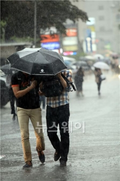 [오늘 날씨] 전국에 천둥·번개 동반한 비 내려