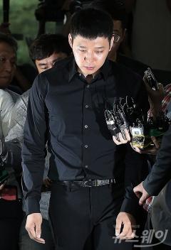 法, 박유천 첫 고소여성·사촌오빠 구속…남자친구는 기각