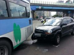 부산 해운대 시내버스, 신호등 기둥과 충돌…7명 부상