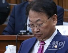 '구원투수'라던 유일호 부총리···9개월간 경제는 바닥