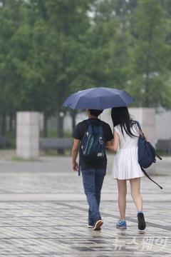 전국 구름 많고 곳곳에 소나기…미세먼지 '보통~나쁨'
