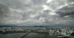 전국 구름 많고 곳곳에 비…미세먼지 농도 '보통~나쁨'