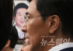 안희정, '미투 운동' 극찬하던 날 '성폭행 논란' 휘말려