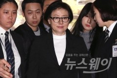 '경영비리 의혹' 롯데 오너家 4명 나란히 법정 출석