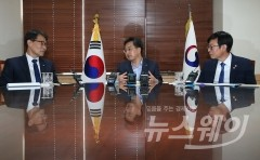 김동연-장하성-김상조 삼각편대 첫 회동…경제현안 점검